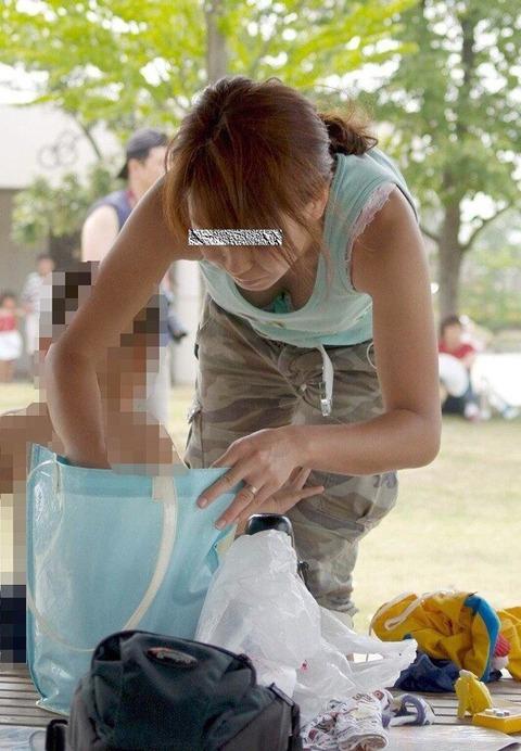 ゆるめの胸元や股間が魅力な子連れママを盗撮wwwwww★素人エロ画像・19枚目の画像