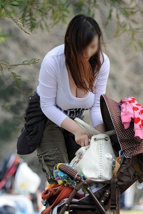 ゆるめの胸元や股間が魅力な子連れママを盗撮wwwwww★素人エロ画像・16枚目の画像