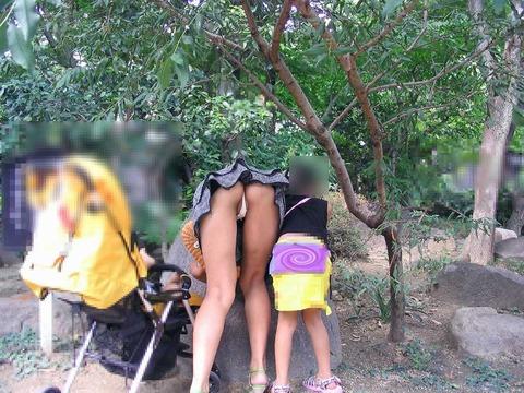 ゆるめの胸元や股間が魅力な子連れママを盗撮wwwwww★素人エロ画像・41枚目の画像