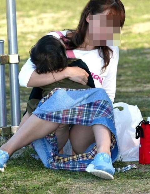 ゆるめの胸元や股間が魅力な子連れママを盗撮wwwwww★素人エロ画像・21枚目の画像