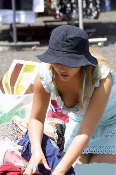 ゆるめの胸元や股間が魅力な子連れママを盗撮wwwwww★素人エロ画像・2枚目の画像