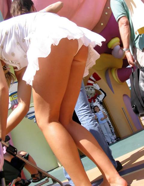ゆるめの胸元や股間が魅力な子連れママを盗撮wwwwww★素人エロ画像・11枚目の画像