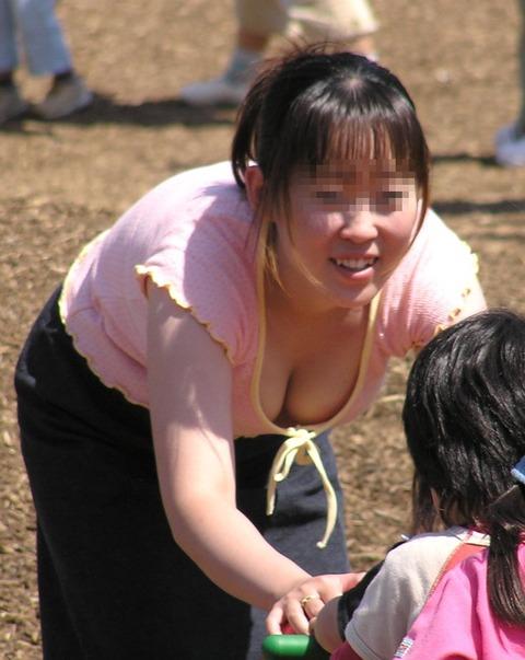 ゆるめの胸元や股間が魅力な子連れママを盗撮wwwwww★素人エロ画像・14枚目の画像