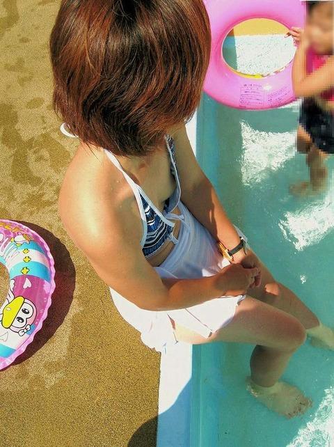 ゆるめの胸元や股間が魅力な子連れママを盗撮wwwwww★素人エロ画像・6枚目の画像