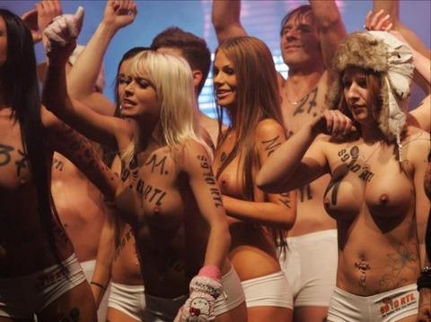 裸でソリ大会してる外国のPUNKSwwwwww★外国人エロ画像・8枚目の画像