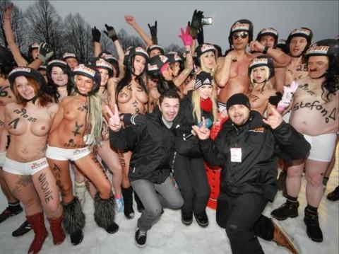裸でソリ大会してる外国のPUNKSwwwwww★外国人エロ画像・17枚目の画像