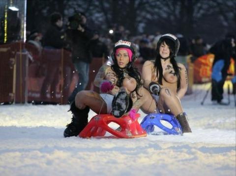 裸でソリ大会してる外国のPUNKSwwwwww★外国人エロ画像・11枚目の画像