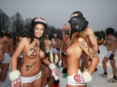 裸でソリ大会してる外国のPUNKSwwwwww★外国人エロ画像・33枚目の画像