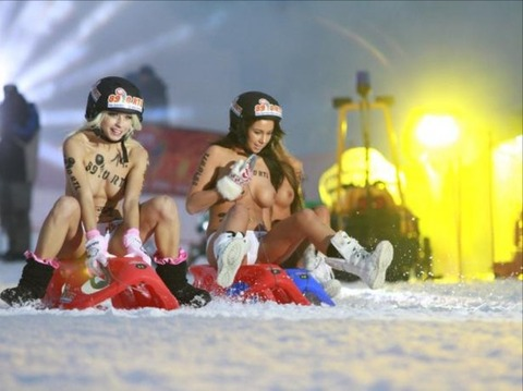 裸でソリ大会してる外国のPUNKSwwwwww★外国人エロ画像・23枚目の画像