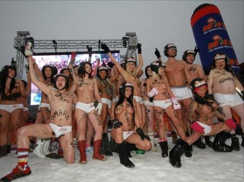 裸でソリ大会してる外国のPUNKSwwwwww★外国人エロ画像・4枚目の画像