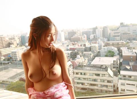 人目を気にせずカーテン全開の窓際でヤッてるwwwwww★セックスエロ画像・12枚目の画像