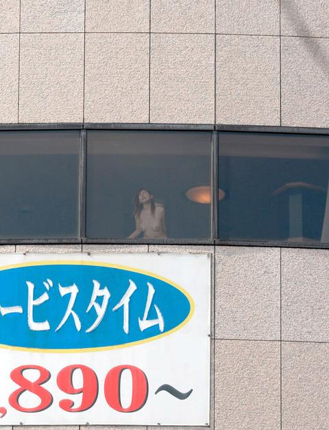 人目を気にせずカーテン全開の窓際でヤッてるwwwwww★セックスエロ画像・16枚目の画像
