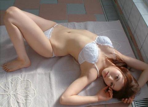 純白パンツ履いて処女のふりをするエロいお姉さんwwwwww★白下着エロ画像・2枚目の画像