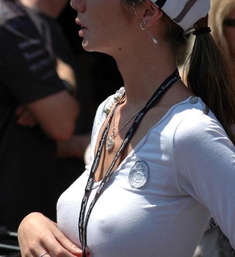ノーブラで乳首ポチしながらうろつく素人さんを街撮りwwwwww★素人街撮りエロ画像・33枚目の画像