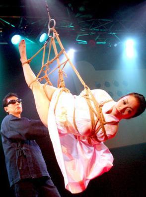 逮捕された小向さんが受けた拷問がこれwwwwwww★小向美奈子エロ画像・16枚目の画像