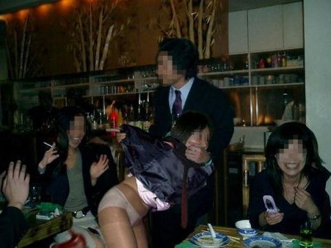 大人が大酒を食らうと大体こうなるwwwwww★素人飲み会エロ画像・29枚目の画像