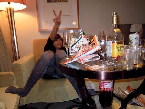 大人が大酒を食らうと大体こうなるwwwwww★素人飲み会エロ画像・26枚目の画像