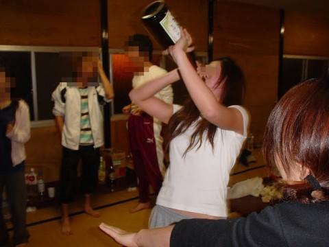 大人が大酒を食らうと大体こうなるwwwwww★素人飲み会エロ画像・20枚目の画像