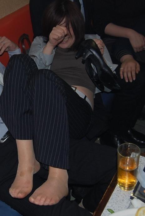 大人が大酒を食らうと大体こうなるwwwwww★素人飲み会エロ画像・31枚目の画像