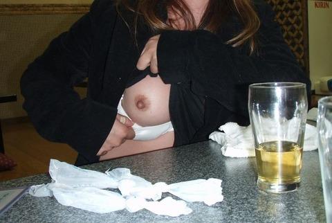大人が大酒を食らうと大体こうなるwwwwww★素人飲み会エロ画像・22枚目の画像