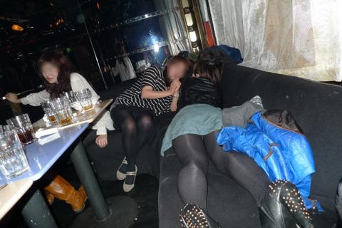 大人が大酒を食らうと大体こうなるwwwwww★素人飲み会エロ画像・6枚目の画像