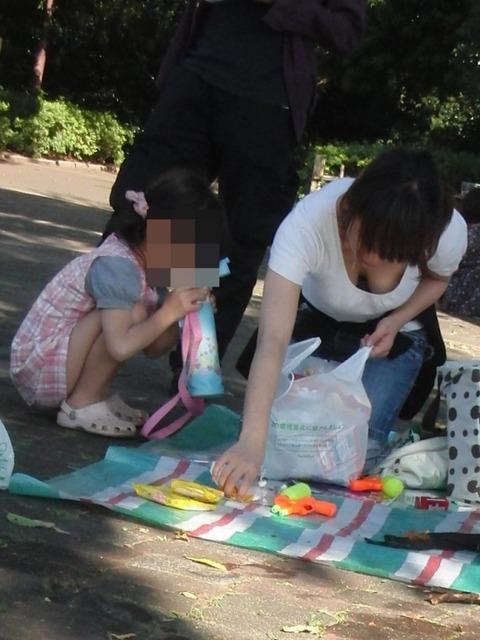 子連れママのノーガード過ぎるゆるい股間や胸元がこれwwwwwww★素人街撮りエロ画像・5枚目の画像