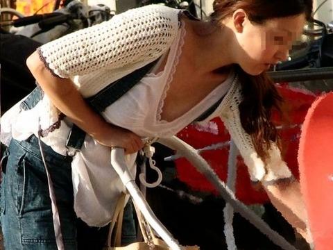 子連れママのノーガード過ぎるゆるい股間や胸元がこれwwwwwww★素人街撮りエロ画像・28枚目の画像