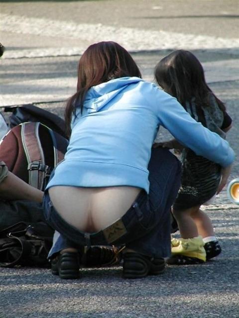 子連れママのノーガード過ぎるゆるい股間や胸元がこれwwwwwww★素人街撮りエロ画像・29枚目の画像