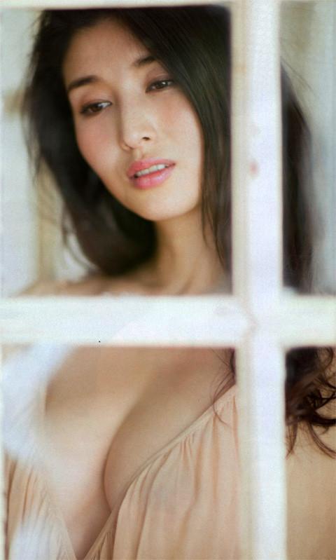 橋本マナミの妖艶な表情がエロい窓越しヌード