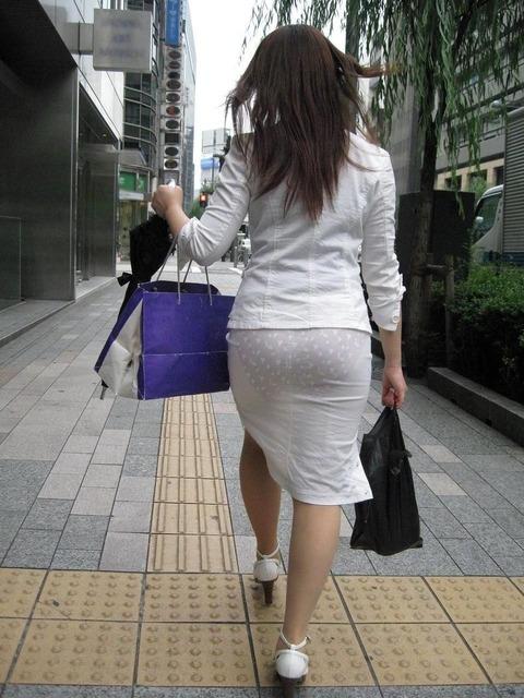 パンツが柄までしっかり透けて人目に晒されてるんですがwwwwwww★素人街撮りエロ画像・1枚目の画像