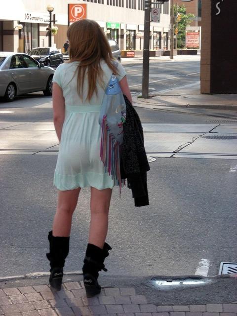 パンツが柄までしっかり透けて人目に晒されてるんですがwwwwwww★素人街撮りエロ画像・6枚目の画像