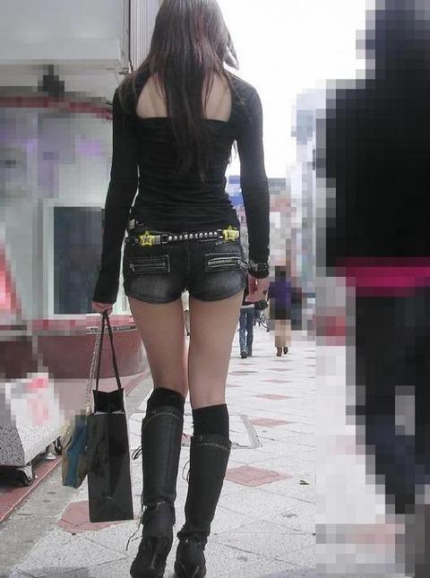 ホットパンツ女の強烈な尻のめり込み良いわぁwwwwwww★素人街撮りエロ画像・1枚目の画像