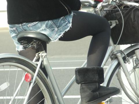 ホットパンツ女の強烈な尻のめり込み良いわぁwwwwwww★素人街撮りエロ画像・2枚目の画像