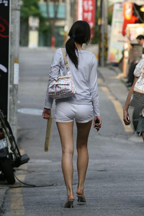 ホットパンツ女の強烈な尻のめり込み良いわぁwwwwwww★素人街撮りエロ画像・3枚目の画像