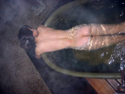 露天風呂エロ画像★素人女子が温泉で惜しげもなく自分の身体を披露しとるwww・33枚目の画像