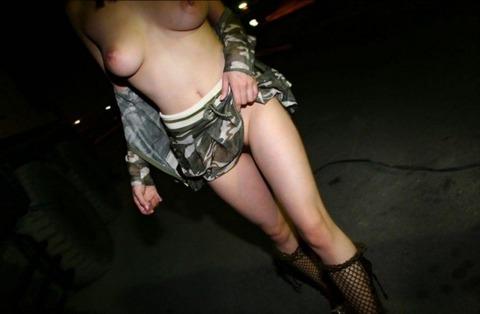 外で全裸になる淫乱な女たちがまじ変態すぎるwwwwwww★野外露出エロ画像・26枚目の画像