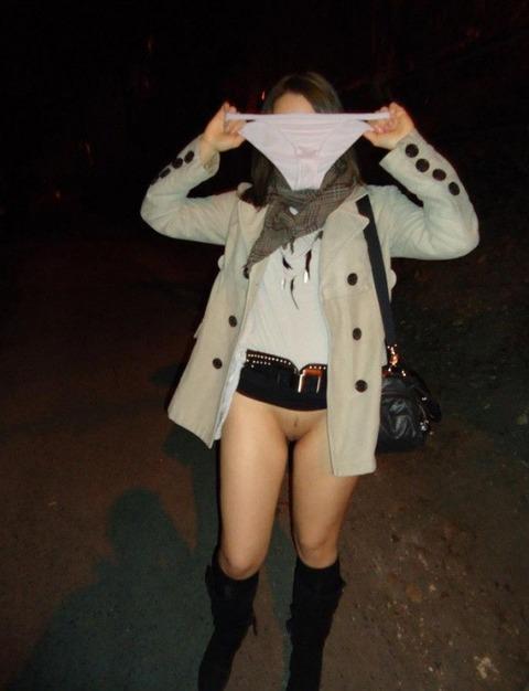 外で全裸になる淫乱な女たちがまじ変態すぎるwwwwwww★野外露出エロ画像・37枚目の画像