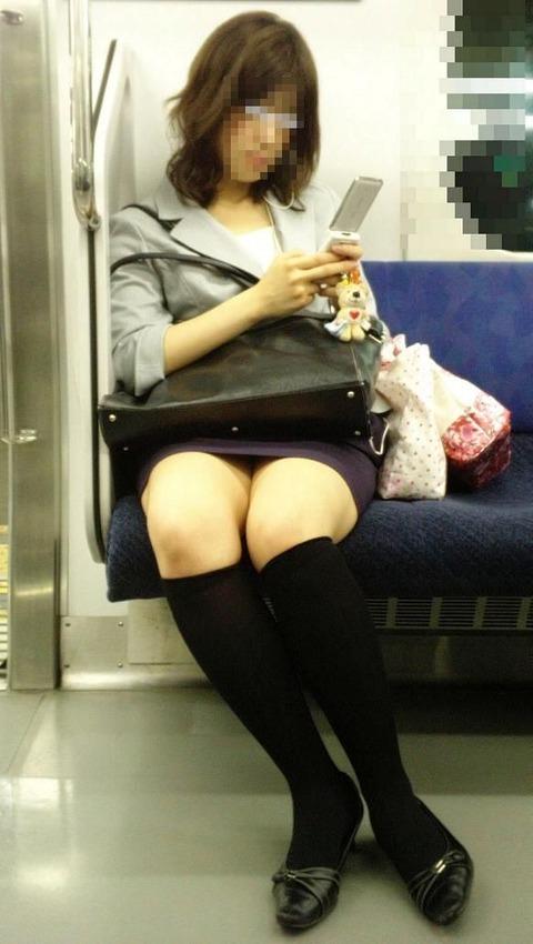 残業して帰宅中の素人OLさんは電車内パンチラ盗撮エロ画像30枚・22枚目の画像