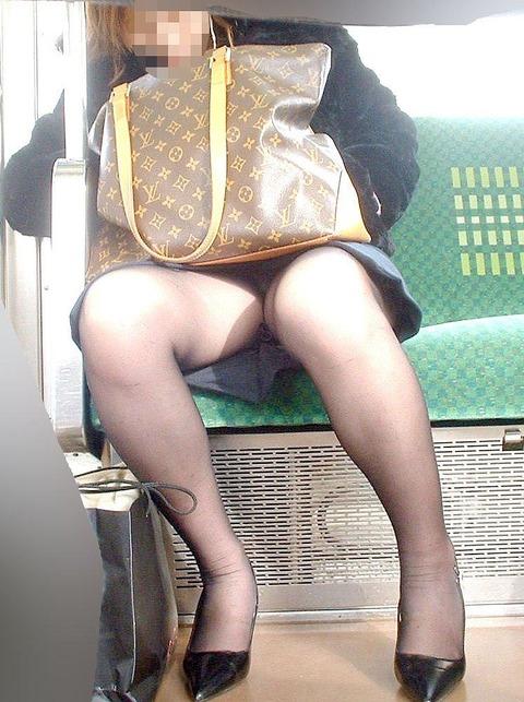残業して帰宅中の素人OLさんは電車内パンチラ盗撮エロ画像30枚・37枚目の画像