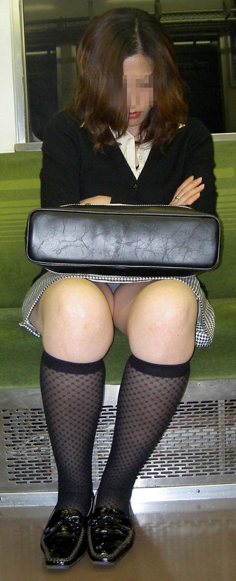 残業して帰宅中の素人OLさんは電車内パンチラ盗撮エロ画像30枚・5枚目の画像