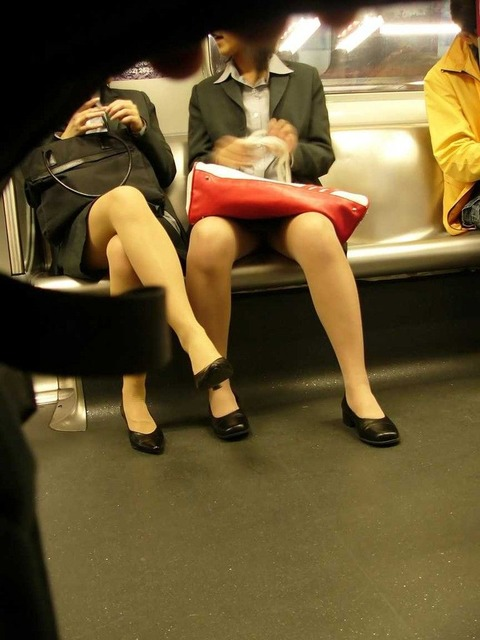 残業して帰宅中の素人OLさんは電車内パンチラ盗撮エロ画像30枚・4枚目の画像