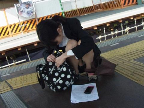 残業して帰宅中の素人OLさんは電車内パンチラ盗撮エロ画像30枚・20枚目の画像