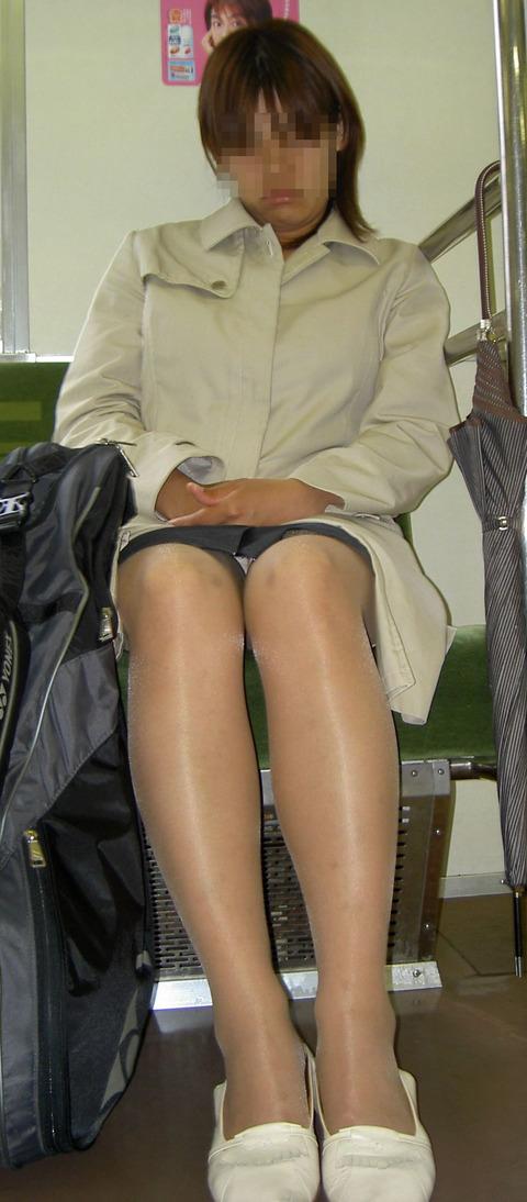 残業して帰宅中の素人OLさんは電車内パンチラ盗撮エロ画像30枚・6枚目の画像