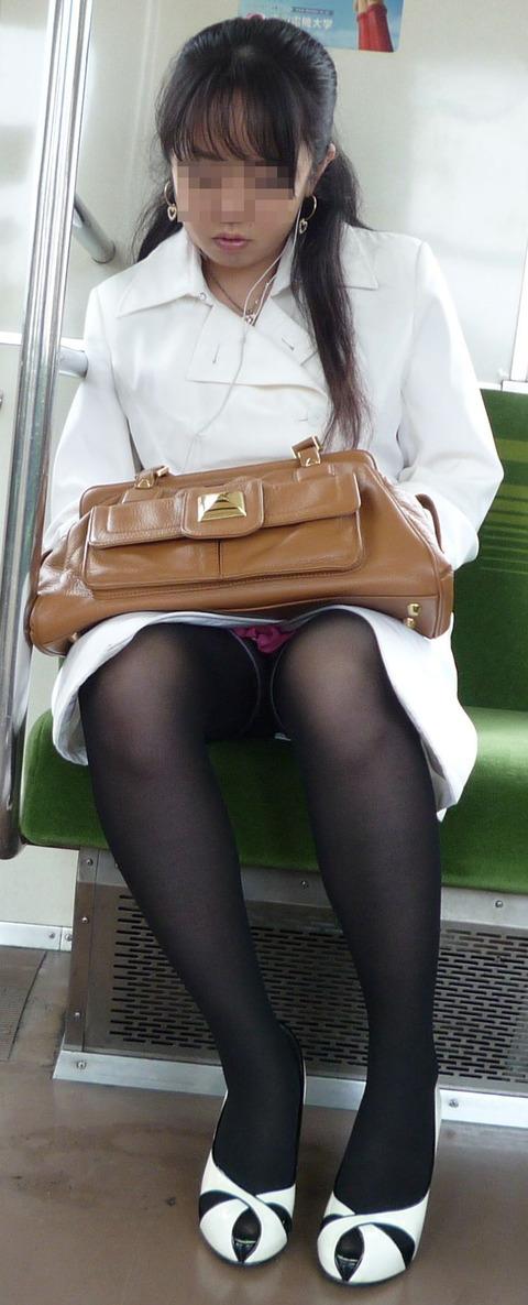 残業して帰宅中の素人OLさんは電車内パンチラ盗撮エロ画像30枚・26枚目の画像