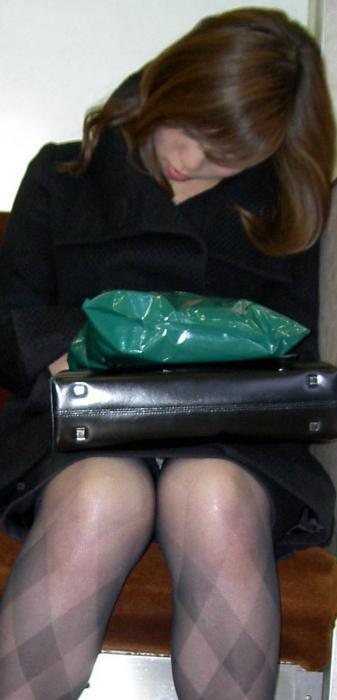 残業して帰宅中の素人OLさんは電車内パンチラ盗撮エロ画像30枚・23枚目の画像