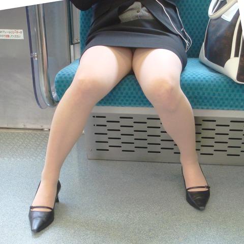 残業して帰宅中の素人OLさんは電車内パンチラ盗撮エロ画像30枚・7枚目の画像