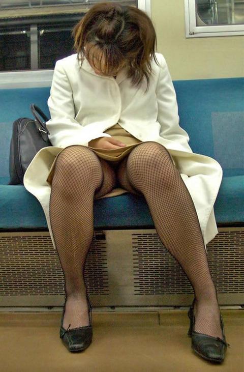 残業して帰宅中の素人OLさんは電車内パンチラ盗撮エロ画像30枚・19枚目の画像