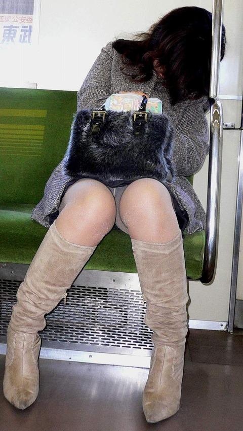 残業して帰宅中の素人OLさんは電車内パンチラ盗撮エロ画像30枚・9枚目の画像