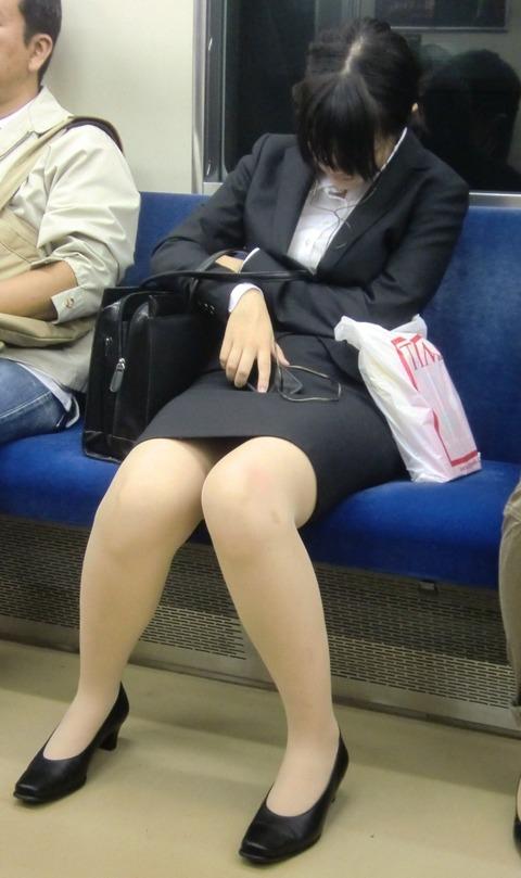 残業して帰宅中の素人OLさんは電車内パンチラ盗撮エロ画像30枚・38枚目の画像