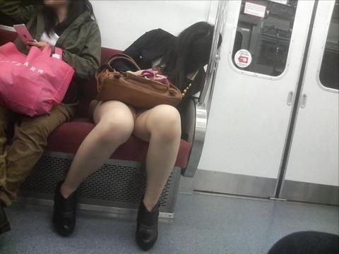 残業して帰宅中の素人OLさんは電車内パンチラ盗撮エロ画像30枚・21枚目の画像
